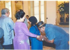 Namin mencium tangan Megawati