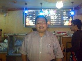 Mahfud Bandan Sadad di Restoran Garuda miliknya, di Balad, Jeddah, Arab Saudi.